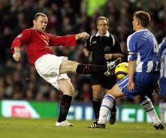 Wayne Rooney forsøker et skudd mot Wigan. (Foto: AFP/Scanpix)