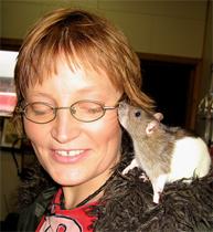 Hun likte ikke rotter, men se så fint det går nå. Kari Moldskred Sekkingstad. Foto: NRK