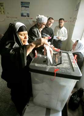 En kvinne stemmer i Kirkuk. Foto: Scanpix/AFP