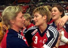 Marit Breivik sammen med Kjersti Grini etter sin største triumf, VM-gullet på hjemmebane i 1999. (Foto: Morten Holm/SCANPIX)