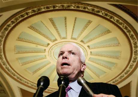 Senator John McCain, som selv ble torturert i Vietnam, klarte å få presidenten med på en amerikansk torturforbud. (Foto: Jim Young/ Reuters/ Scanpix)