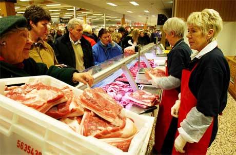 Det er ingenting som tyder på at nordmenn kvier seg for å handle kjøttvarer i de svenske grensebutikkene. Foto: Erlend Aas / SCANPIX