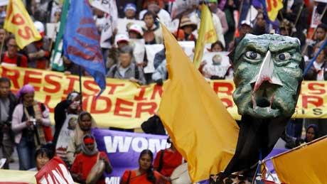 Gatedemonstrasjonene mot WTO-møtet fortsatte i dag i Hongkong. Foto: AP/Scanpix