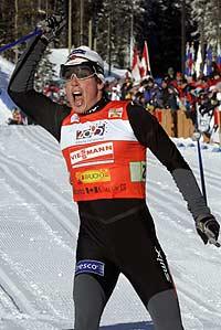 Eldar Rønning jubler etter seier i sprintstafetten (Foto: Scanpix/Lise Åserud)