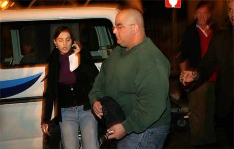 Ariel Sharons andre sønn, Omri, kommer til sykehuset der faren er innlagt. (Foto: Scanpix / AFP)