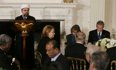 Imamen Talal Eid på besøk hos Bush i Det hvite hus i høst, i forbindelse med Ramadan. (Foto: Scanpix / AP)
