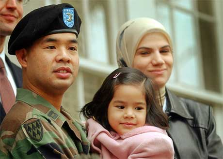 Kaptein James Yee med familien sin etter at han ble løslatt. (Foto: Scanpix / AP)