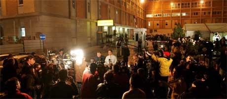 """Pressen har """"beleiret"""" sykehuset etter at Sharon ble innlagt. (Foto: Scanpix / AP)"""