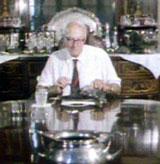 Hugh Sinclair spiser selkjøtt i sitt hjemmelaboratorium.