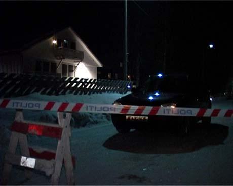 En mann omkom mandag etter at en sprengladning gikk av i en leilighet på baksiden av dette huset på Raufoss (Foto: Stein Schinstad)
