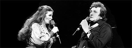 Johnny Cash og kona June Carter Cash sammen på scenen. Foto: AP Photo / Scanpix.