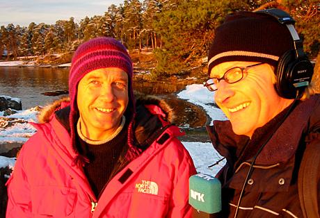 2. juledag lar Sjur Sætre radiolytterne møte utenlandssjef Halvor Fossum Lauritzsen i Røde Kors. (Foto: NRK)