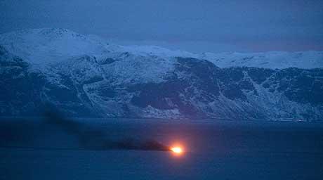 Brannen ombord i sjarken til Åsmund Nybakk vart oppdaga av folk på land. Foto: Thomas Bickhardt.
