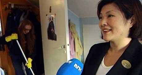 Driftskonsulent Eline Meier med reinhaldar Linn Sæterstøl frå City Maid i bakgrunnen. (Foto: Arne Frank Solheim/NRK)