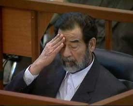Saddam Hussein holdt seg rolig under dagens rettsforhandlinger. Foto: Scanpix/AP.
