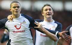 Jermaine Jenas (t.v) og Robbie Keane har gitt Tottenham my eå jubler for i høst. (Foto: Reuters/Scanpix)
