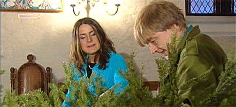 Programleder Torunn Myhre og frivillig Eivind Vinje pynter juletreet. Foto: NRK