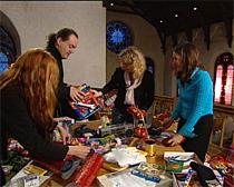 Gode hjelpere sørger for julegaver til 300 gjester. Foto: NRK