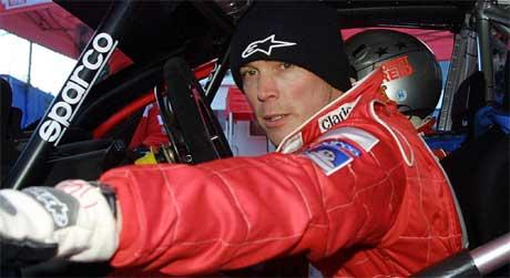 Dette bildet er tatt rett før Burns skal delta i rally Monte Carlo i 2003. Da hadde det akkurat blitt kjent at han ikke kunne delta i rally-VM i 2004, fordi tester hadde avslørt at han hadde en hjernesvulst. ( Foto: AFP /VANINA LUCCHESI)