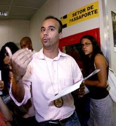 Den brasilianske politimannen Marcelo Nogueira gir sin versjon om hva som skjedde på flyplassen. (Foto: AP/Scanpix)
