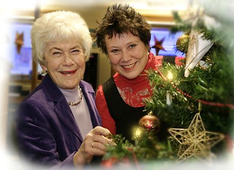 Ingrid Espelid Hovig t v forteller i samtale med Eline Lindhjem-Rød om sin barndoms jul, røper hvilken julemusikk hun liker best og gir selvsagt noen tips om hvordan ribbesvoren blir sprø i NRK P1 julaften. (Foto: Anne Liv Ekroll, NRK)