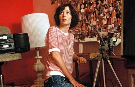 Miranda July har skrevet og regissert Me, You..., og spiller selv hovedrollen som den småskrullete Chrstine. Alle Foto: Arthaus.