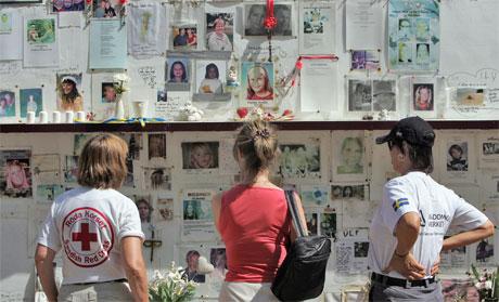 Det er sett opp ein stor montasje til minne om dei mange svenskane som miste lilvet i Phuket 2. juledag i fjor. (Foto: Reuters/Scanpix)