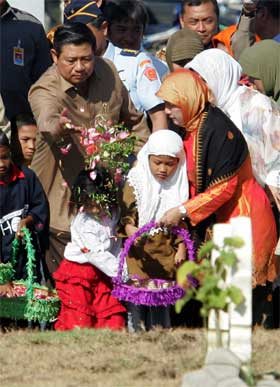 Indonesias president Susilo Bambang Yudhoyono ledet en minnehøytidelighet i Aceh-provinsen i dag. (Foto: Scanpix / Reuters)