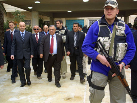 Polens statsminister Kazimierz Marcinkiewicz (nr. to fra venstre) var i Irak rett før jul for å vurdere Polens engasjement i det krigsherjede landet. Her er han sammen med Iraks president Jalal Talabani. (Foto: Ali Abbas/Reuters/Scanpix)
