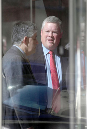 Richard Causey (t.h.) vil ifølge amerikanske medier si seg skyldig i en eller flere tiltalepunkter mot seg. (Foto: Tim Johnson/Reuters/Scanpix)