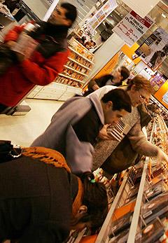 Salget av album har gått ned i USA, mens nedlastet musikk er i ferd med å overta store deler av markedet. Illustrasjonsfoto: AFP Photo / Scanpix.