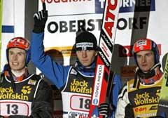 Janne Ahonen feiret seieren, flankert av Roar Ljøkelsøy (t.v.) og Jakub Janda. (Foto: AP/Scanpix)