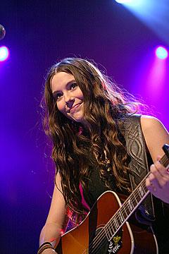 Marion Ravn, her på Godt Musikkår i 2005, vil bare være seg sjøl. Foto: Arne Kristian Gansmo, NRK.