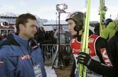 Lars Bystøl møter Andreas Widhölzl i duell. Her i samtale med hoppsjef Clas Brede Bråthen. (Foto:Terje Bendiksby / SCANPIX)