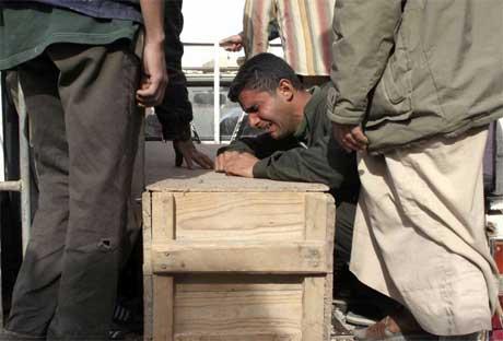 En mann sørger over sin brors kiste i landsbyen Khalis. (Foto: Helmiy Al Azawi/ Reuters/ Scanpix)