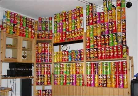 """Oktober 2006: Under en """"hjemme hos""""-reportasje innrømmer Fedon Lindberg å ha hatt et til tider høyt forbruk av Pringles."""
