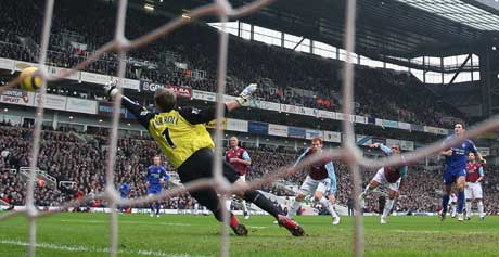 Frank Lampard setter inn 1-0 målet bak West Hams keeper Roy Carroll. (Foto: Reuters/Scanpix)