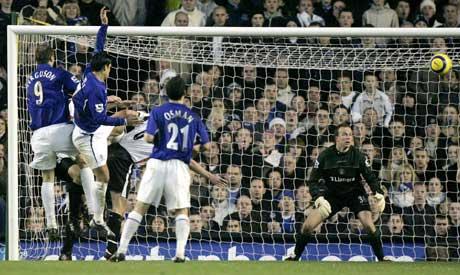 Thomas Myhre måtte mandag se at Tim Cahill headet inn 3-1 til Everton. (Foto: AP/Scanpix)