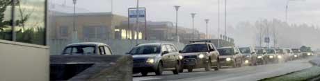 Nærmere 50 prosent av trafikken over Svinesund går på den gamle brua. Køen ved bomstasjonen på norsk side blir svært lang i perioder.Foto: Rainer Prang, NRK