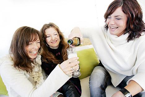 Marianne Antonsen (til høyre) har valgt å forlate trioen. Her skjenker hun champagne i glassene til Anita Skorgan (t.v.) og Rita Eriksen (i midten) i forbindelse med lanseringen av deres første CD i oktober i fjor. Foto: Lise Åserud, Scanpix.