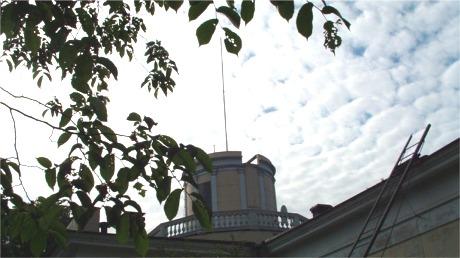 I denne flaggstangen på toppen av sentraltårnet ble det heist en svart sekk. Nøyaktig klokken tolv hver dag ble sekken firt slik at skipene kunne stille sine kronometre