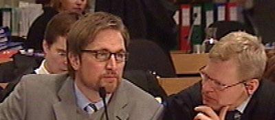 Kjell Alrich Schumann med forsvarer Morten Furuholmen. Foto: NRK