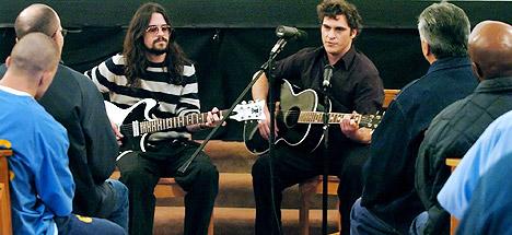 Skuespilleren Joaquin Phoenix (til høyre) og musikeren Shooter Jennings (til venstre) hadde en liten konsert for fanger i Folsom Prison tirsdag. Foto: AP / Scanpix.