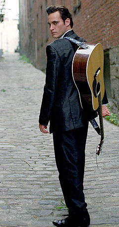Joaquin Phoenix i en scene fra «Walk the Line» der han spiller Johnny Cash. Foto: Reuters / Scanpix.