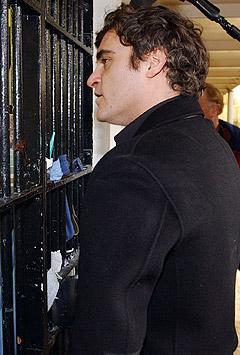 Joaquin Phoenix gikk i fengsel tirsdag. Her snakker han med en innsatt. Foto: AP / Scanpix.