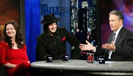 Meg White og Jack White fra White Stripes snakker med Jon Stewart (til høyre) i