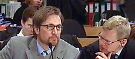 Kjell Alrich Schumann med forsvarer Morten Furuholmen. (Foto: NRK)