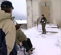 Torill Heggen Munch sliter med å kommer inn i Stange kirke, der menigheten ikke får bygge rullestolrampe ved sidedøra. (Foto: NRK)