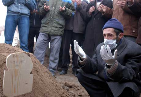 Barn dør av fugleinfluensa i Dogubeyazit. (Foto: Scanpix / Reuters)