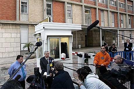Professor Shlomo Mor Yossef, direktør på Hadassah sykehuset informerer pressen.(Foto:Scanpix)
